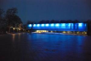 mhv in blauw licht bij avond